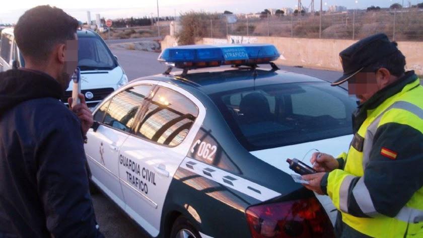 Control de alcoholemia realizado por la Guarda Civil.