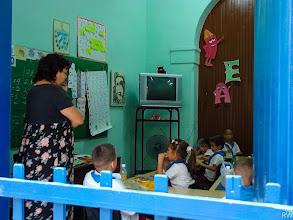 Photo: Школа в центреГаваны, маленький заборчик вместо двери отделяет школу от оживленной улицы.