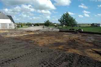 Photo: Det nye parcelhus med udsigt ned over mark til begge sider.