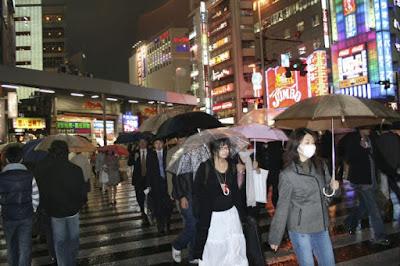A passeggio con ombrello e mascherina di raffy999