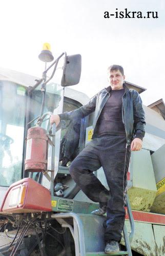 В уборке урожая Владимиру Пырину (КФХ «Луч») с удовольствием помогает его сын Михаил,  директор ООО «Интерком»