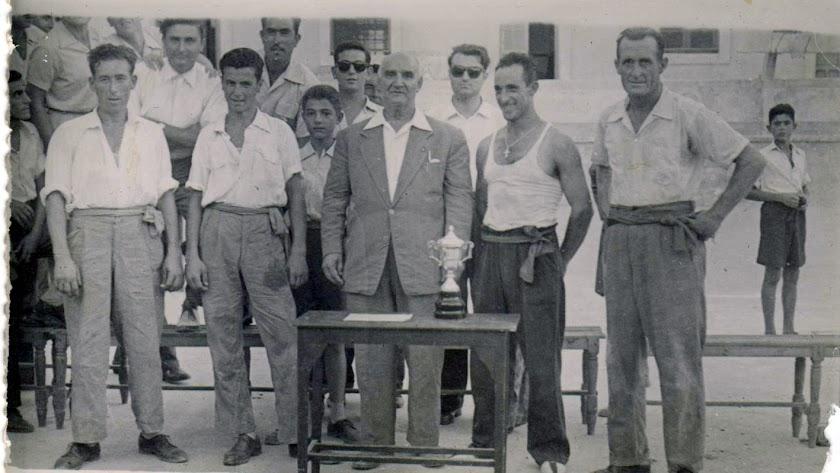 El listo, Soriano, Jurado y el Confitero, junto al federativo Manuel García, en el Patio de La Salle en 1950.
