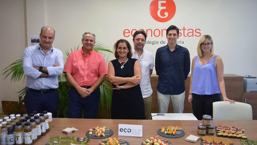 Autores del Barómetro  de Situación Económica editado por el Colegio de Economistas con su decana, Ana Moreno, en el centro.