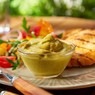 Avocado-Dip mit Hähnchenbrustfilet und Paprikasalat