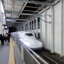 Photo: Shinkansen tulossa asemalle - kuva on epäterävä, sillä nämä tulevat (ja lähtevät) nopeasti!