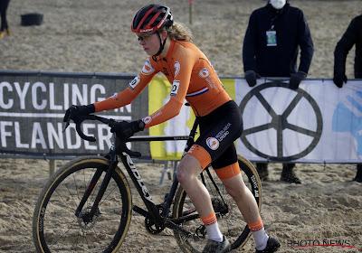 HERBELEEF: Fem van Empel op haar achttiende al wereldkampioene bij U23, Vas verijdelt volledig Nederlands podium