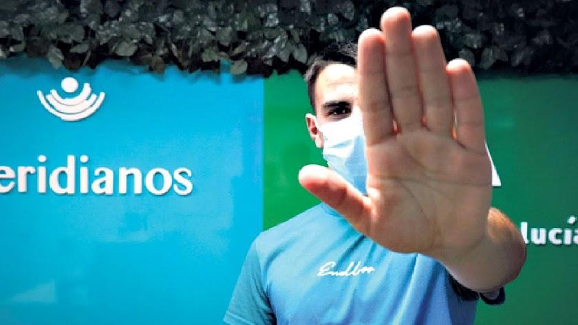 El joven O. trabaja en el control de accesos de un rodaje a través de los problemas de inserción que desarrolla Meridianos con la Junta de Andalucía.