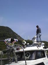 """Photo: 取り付け作業のお手伝い""""ハシグチ様""""ありがとうございます! ミガキ屋""""エザキさん""""船のあらゆるステンレス磨いていただきました!"""