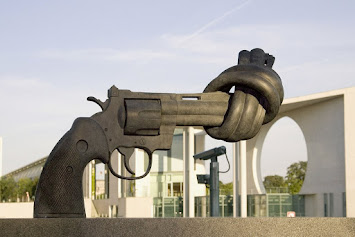 csm_Skulptur_Non-Violence_im_Kanzlergarten_14ec30a8b8.jpg
