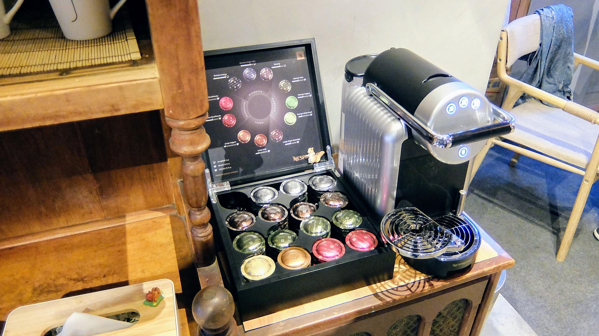 這個膠囊咖啡不賴! 免費,當然就一人一杯先泡來喝...