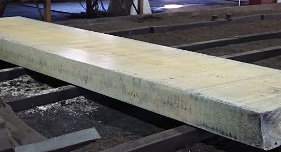 テーブル, 地面, ベンチ, フェンス が含まれている画像  自動的に生成された説明