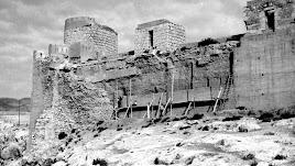 os torreones y la muralla que coronan el Cerro de San Cristóbal en uno de los intentos de restauración.