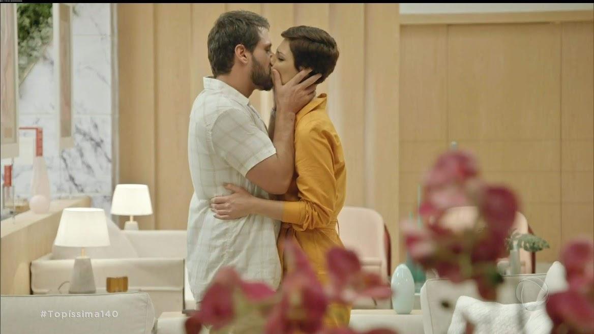 Antonio (Felipe Cunha) e Sophia (Camila Rodrigues) se beijam em cena da novela Topíssima