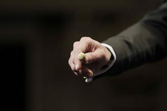 Photo: La bola del premio Gordo de la Lotería de Navidad, dotado con 4.000.000 euros por serie. (Foto de Zipi/EFE)