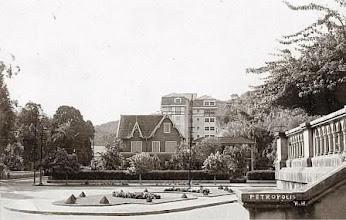 Photo: Praça Princesa Isabel, vendo-se, à esquerda, o início da Rua 13 de Maio e, à direita, o muro que cerca o pátio da Catedral de São Pedro de Alcântara. Foto da década de 30