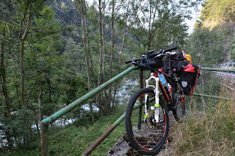 """Photo: Z Edolo rozpoczynam podjazd na kolejną przełęcz """"Tonale"""".  Tradycyjnie po pokonaniu kilku kilometrów tego dnia robię przerwę śniadaniową."""