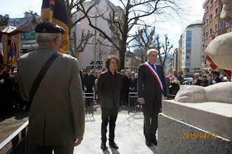 Photo: La troisième par monsieur Ludovic BANET, Maire-Adjoint, représentant Monsieur le Maire de la ville d'Annecy, accompagné par le fils de monsieur Antoine CARRÉ, Conseiller Délégué à la Mairie d'Annecy. Recueillement devant le Monument.