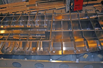 Photo: Midterste del af spantekonstruktionen hæftet fast til bunden.