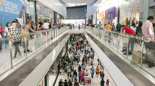 Afluencia masiva y retenciones en el Centro Comercial Torrecárdenas