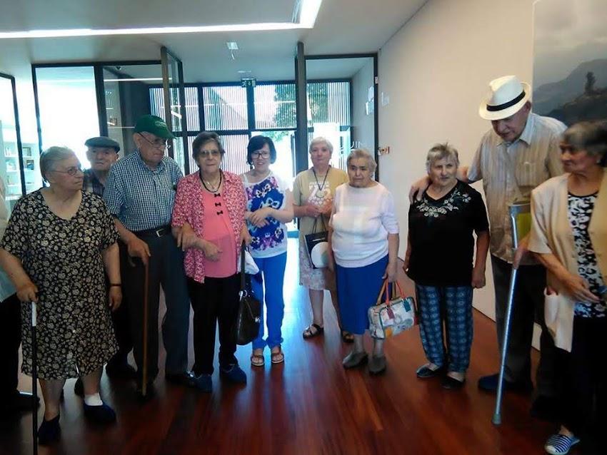 Diferentes gerações da Misericórdia de Lamego convivem junto à casa de Miguel Torga