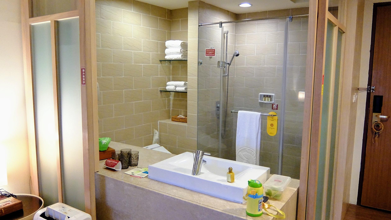 浴室,乾濕分離,再加上開放式的空間,在廁所也可以看一下電視XDD 個人覺得這樣設計很棒,通風優良又讓視覺有種拓寬感
