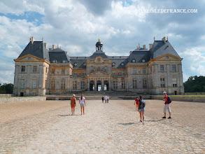 Photo: Le château de Vaux le Vicomte - e-guide circuit balade à vélo de Bois le Roi vers Vaux-le-Vicomte par veloiledefrance.com  Entering Vaux le Vicomte château - Cycling guide to the Château of Vaux-le-Vicomte by veloiledefrance.com