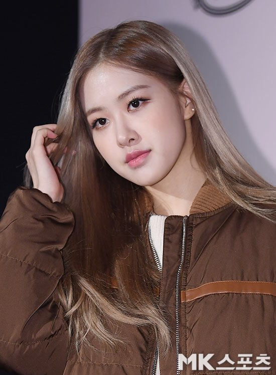 3-BLACKPINK-Rose-Tods-Event-play-with-hair
