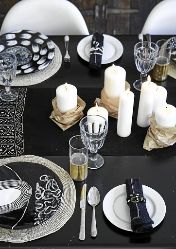 The table decorations consists of crisp white items and typical SA patterns underpinned by strong black accents.