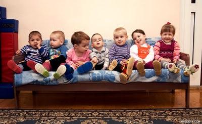 Дети на диване