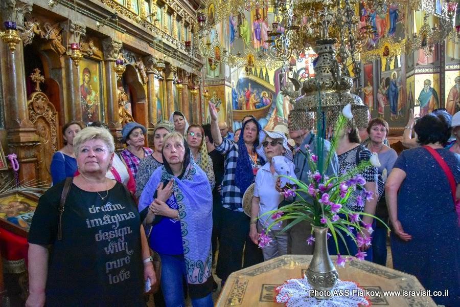 Гид  в Израиле Светлана Фиалкова с туристами в церкви Двенадцати Апостолов в  Капернауме на берегу Галилейского моря.