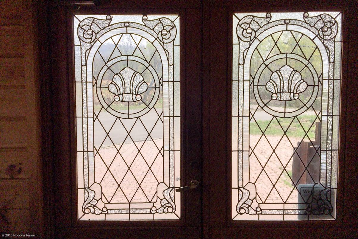 入り口ドアのガラスから注ぐあたたかな光