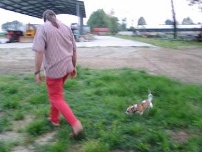Photo: Sehr großer Man und sehr kleiner Hund: Fabio und Lola.
