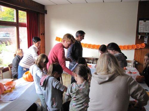Geestig Leuk! Een pompoen versieren voor Halloween. Een 15 tal jongens en meisjes daagden op.