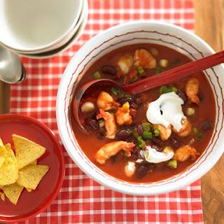 Chili con Scampi mit Lauchzwiebeln, Chorizo und Kidneybohnen