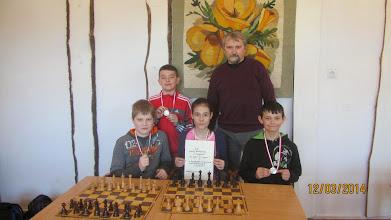 Photo: Reprezentacja SP Żmigród - wicemistrz powiatu. Stoją od lewej: Wojciech Klimkowski i Jan Fedyna. Siedzą od lewej: Julian Furtak, Patrycja Adamiszyn i Piotr Maciocha.