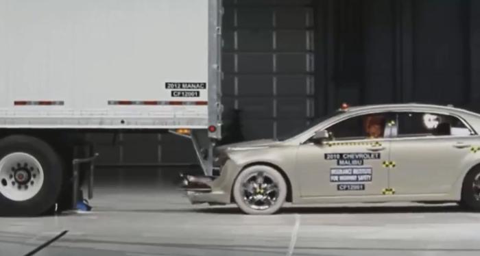 ANSYS | Chevrolet Malibu врезается в задний противоударный элемент прицепа