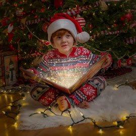 Magic Book by Chris Cavallo - Public Holidays Christmas ( red, white, christmas tree, book, hat, christmas lights, christmas, santa,  )