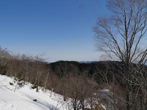 右奥に猪臥山、左奥は金剛堂山など