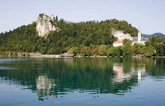 Photo: Näkymä Bled-järven rannalta, linna ja kylän kirkko.