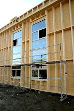Photo: 20-11-2012 © ervanofoto De ramen van de toonzaal zijn geplaatst.