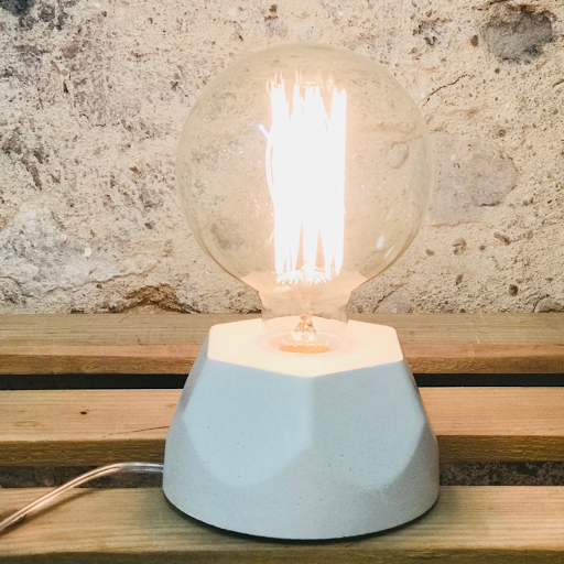 Création fait-main luminaire en béton de couleur blanc avec ampoule à filaments stule vintage