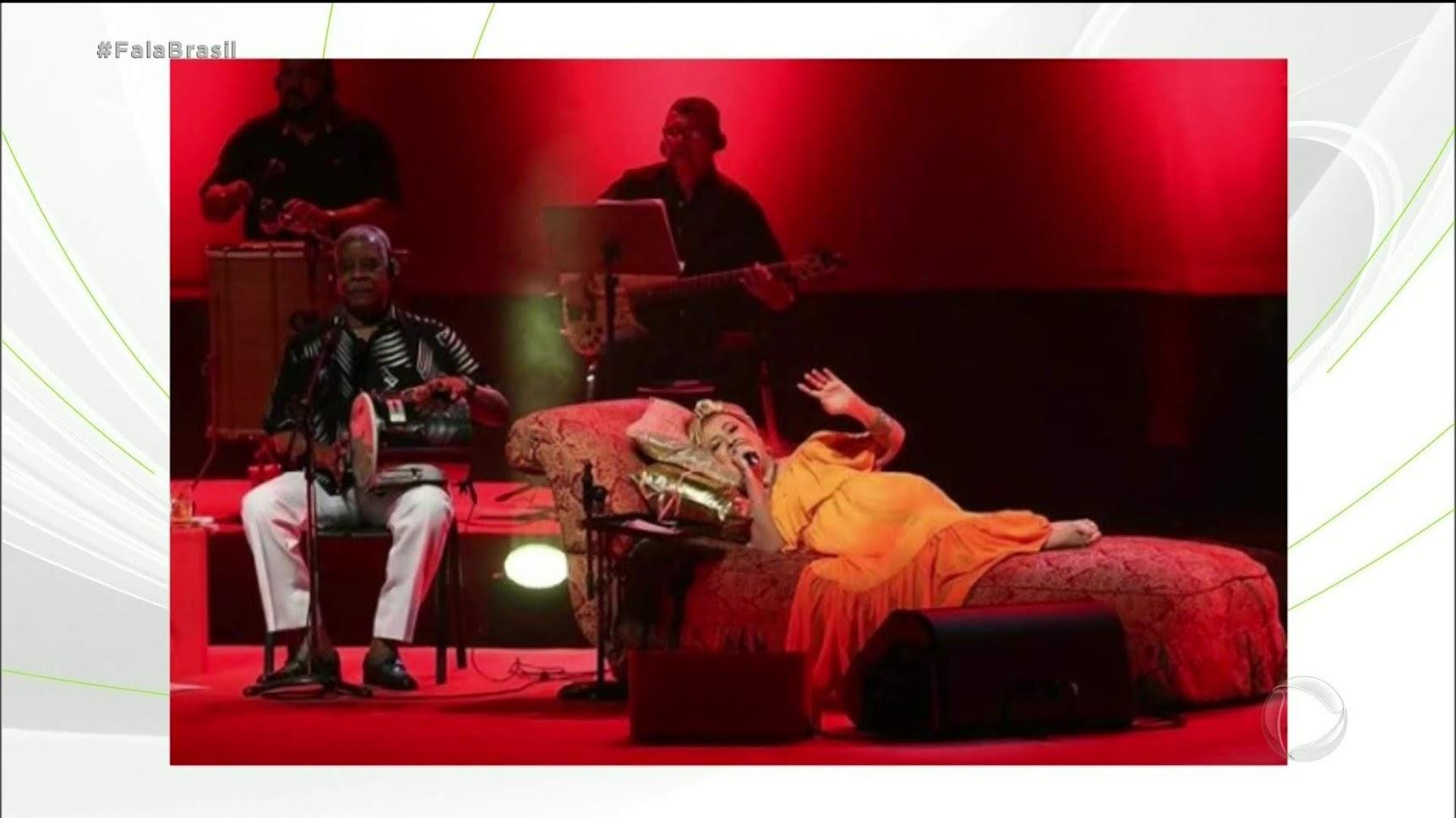 Beth Carvalho em um dos shows que fez deitada