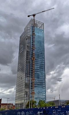 L'uomo con la gru costruisce il grattacielo di FZATOX