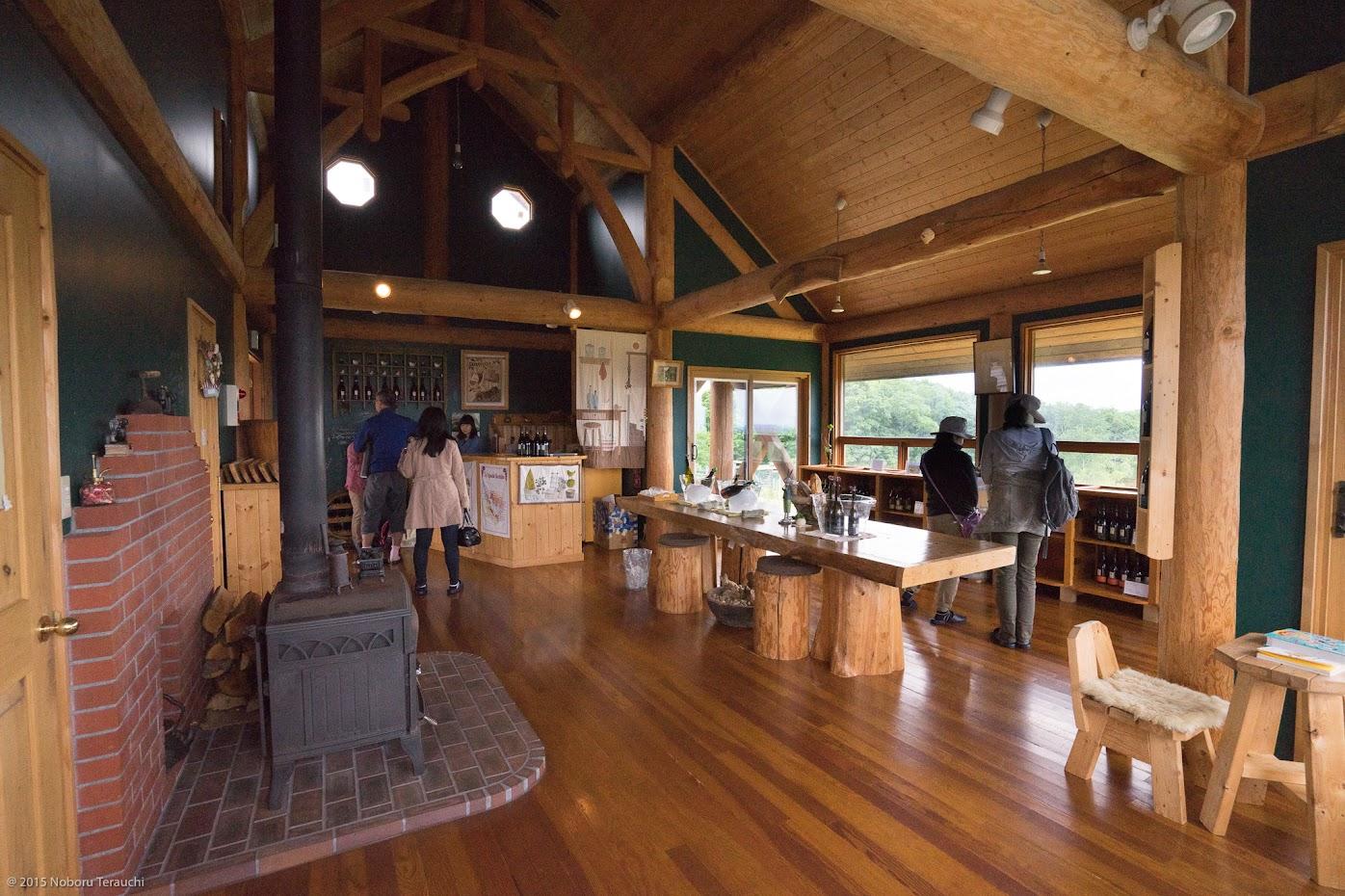 薪ストーブ、赤レンガ、木のテーブル&チェア