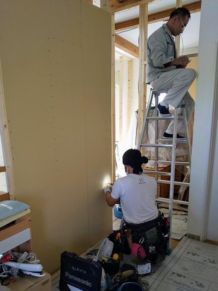 配線の通らない壁には石膏ボードを取り付け