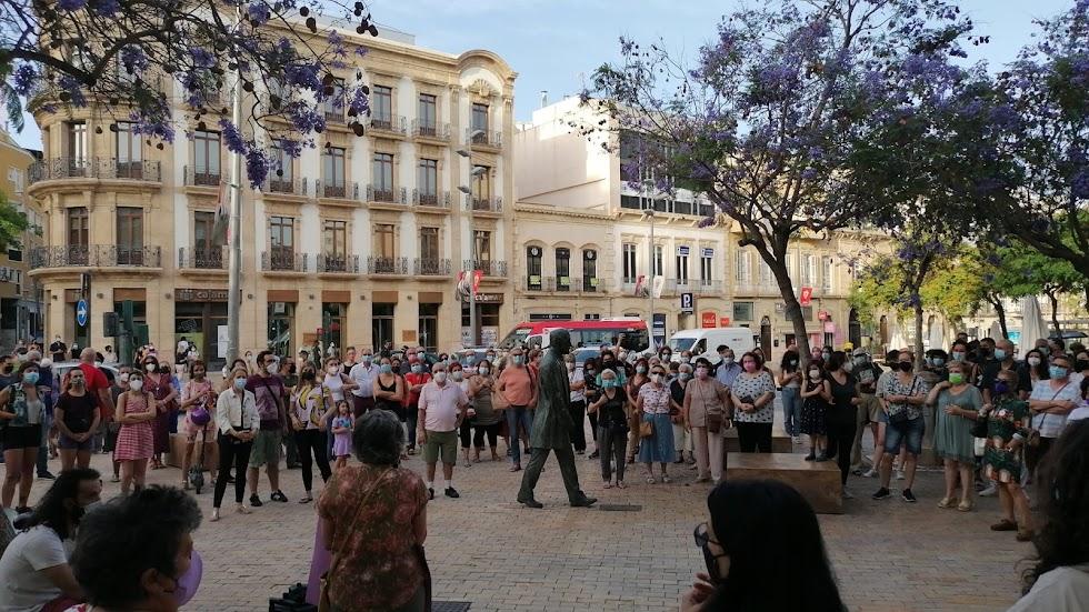 Los ciudadanos se han reunido en torno a la estatua de Nicolás Salmerón.