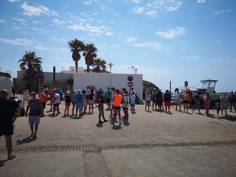 vecinos de la Isleta del Moro se concentran cansados por tantas motos acuáticas en el pueblo.