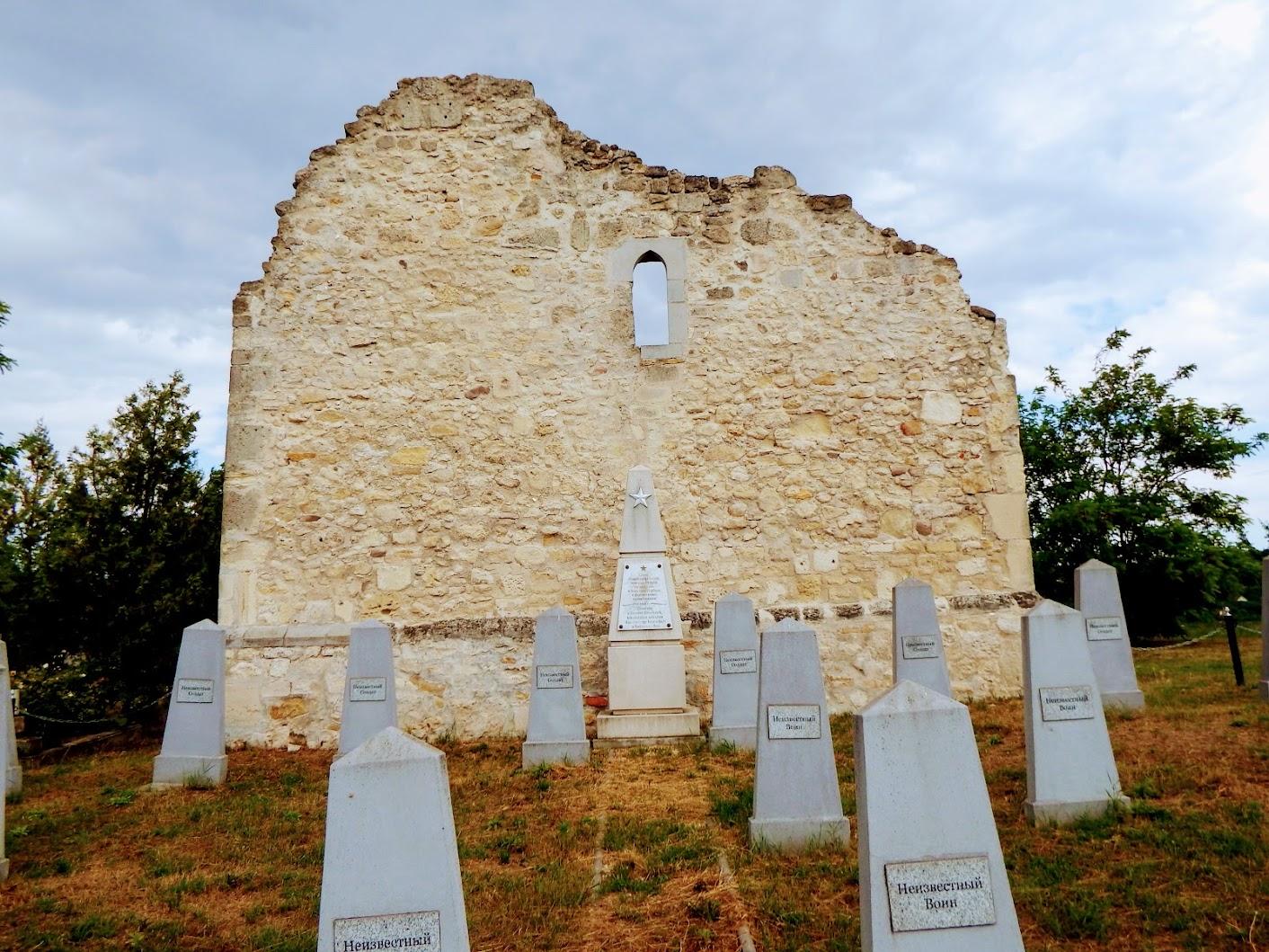 Biatorbágy - Szent Kereszt templomrom a református temetőben, Bia
