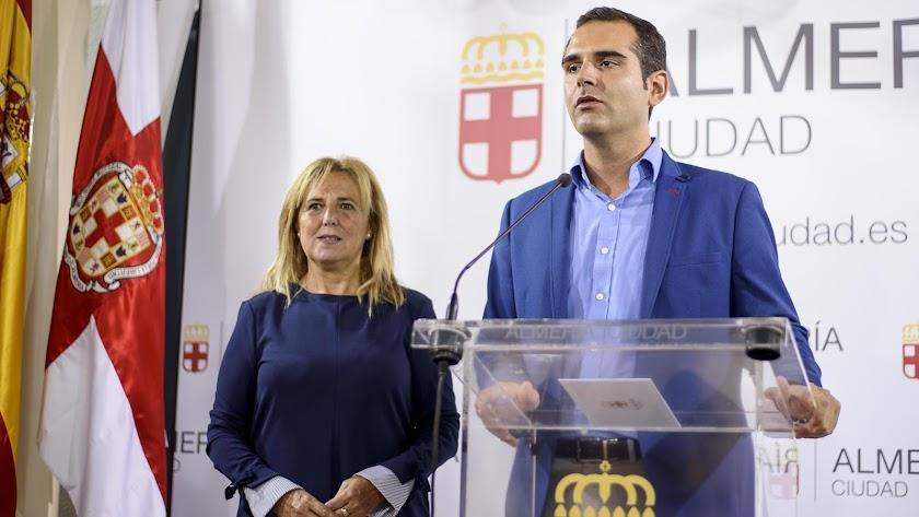 El alcalde almeriense, Ramón Fernández-Pacheco, acompañado en la rueda de prensa por la concejal de Empleo, Pilar Ortega.