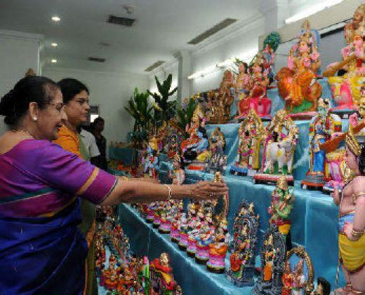 Sale of Golu dolls is now a big business! In this picture, Poompuhar Crafts Emporium (Chennai) displays and sells dolls. (Picture source:thehindu.com)